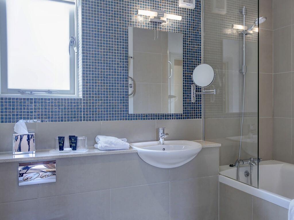 Superior Room Bathroom - Quy Mill Hotel & Spa